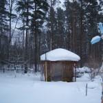 Для уменьшения накопления снега свободное пространство на зиму затянуто пленкой