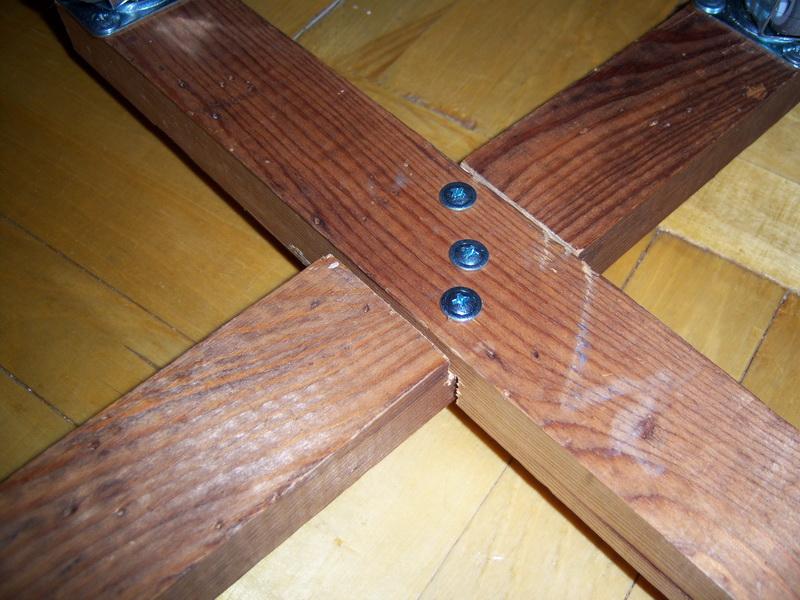 Бруски соединены в крест скреплены саморезами