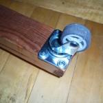 Установленный при помощи саморезов мебельный ролик