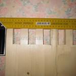 Торец доски с выбранными шипами, излишек по длине шипов удаляется после сборки каркаса