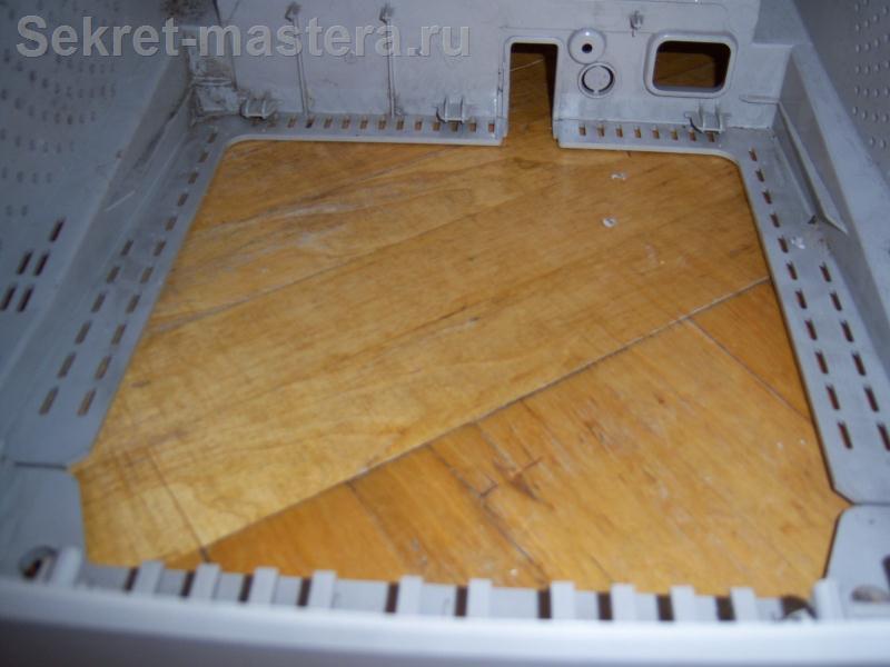 Днище корпуса монитора закроем подходящим куском фанеры или ДСП