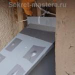 В вверху задней стенки просверлено отверстие и скворечник прикручен к балконному ограждению полиэтиленовым шнуром