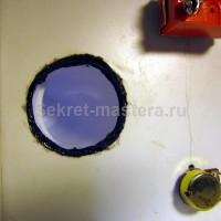 Резьбовой хомут закреплен с внутренней стороны термоклеем