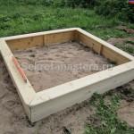 Каркас песочницы выставлен при помощи уровня