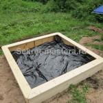 Дно песочницы покрываем черным полиэтиленом