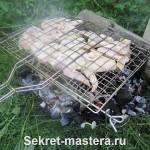 Решетка с продуктом установлена на огне