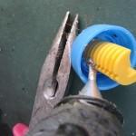 Закрепление точилки в крышке термоклеем
