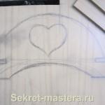 Эскиз боковой стенки салфетницы сразу нарисован на куске ДСП