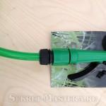 Шланг подключен к поливочному пистолету самодельной минимойки