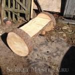 Скамейка из бревна доставлена к месту установки