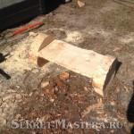 Скамейка из бревна стоит устойчиво