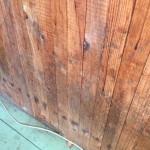 В деревянной стене сверлится отверстие