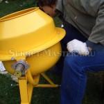 Установка одного болта крепления частей барабана бетономешалки