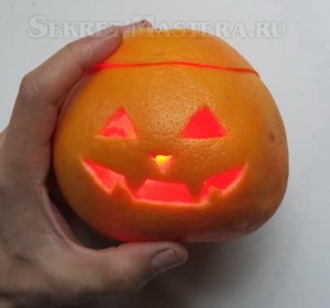 Тыква на Хэллоуин с электронной свечой