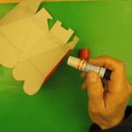 Склеиваем боковые стенки коробки для подарков