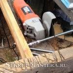 Рабочий момент работы болгарки на станине с упором