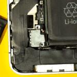 Винты крепления разъема iPhone 4 откручены