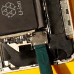 Разъединяем разъем аккумулятора iPhone 4