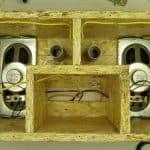 Лицевая панель закреплена в корпусе