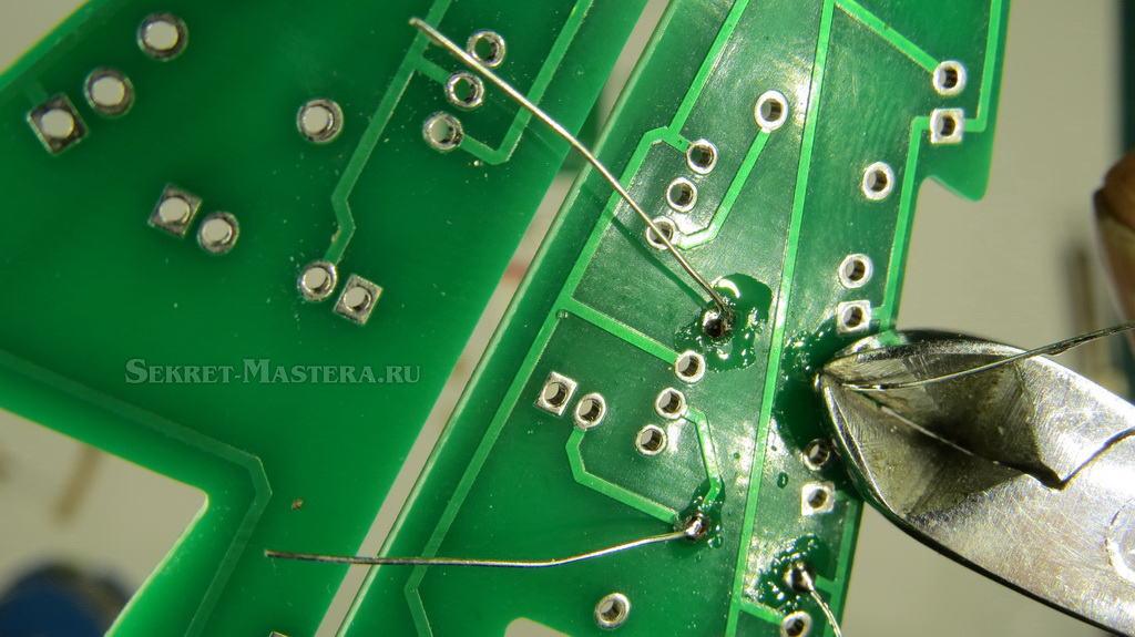 Установка резисторов в плату 3D электронной елки