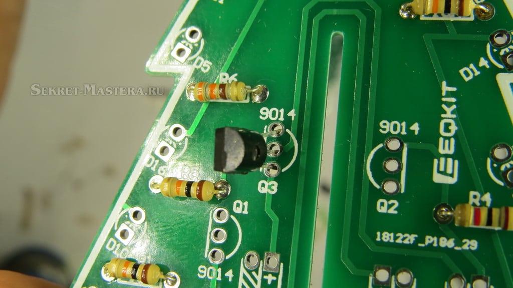 Установка транзисторов на плату электронной елки