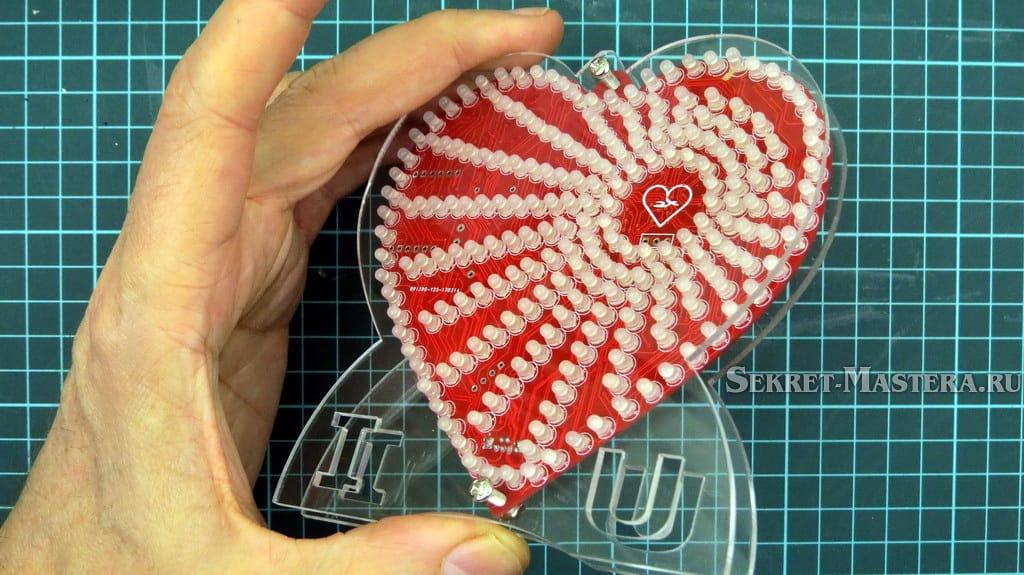 LED сердце установлено в корпус